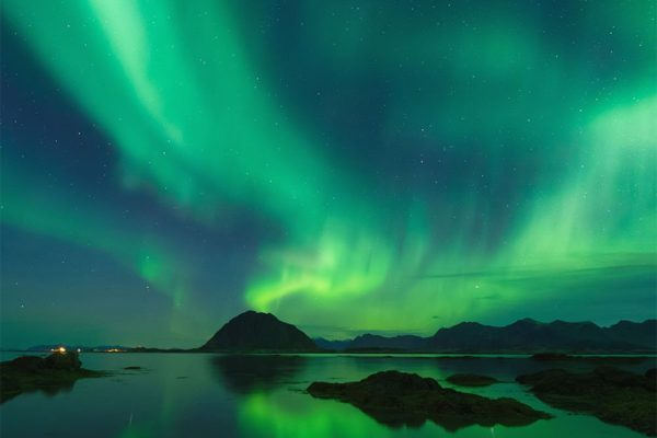northern-lights-blue-green-sea
